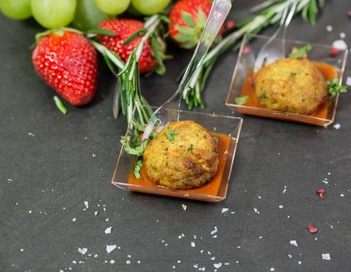 Pinnamatur: Falafel bollur Í Curry Wurst sósu í veisluská. VEGAN.