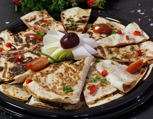 Pinnamatur: Ristuð tortillu kaka með hráskinku, grænmeti og osti :Veislulist