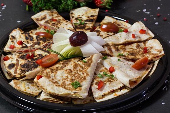 Pinnamatur: Ristuð tortillu kaka með hráskinku, grænmeti og osti